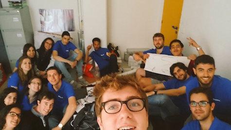 16 membres du bureau heureux après l'événement